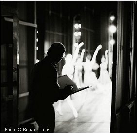 Stanley Roseman drawing in the wings of the Paris Opéra. © Photo Ronald Davis