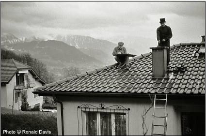 Stanley Roseman drawing the chimney sweep Marc-André on a rooftop in the Lavaux region of Switzerland, 1993. © Photo by Ronald Davis